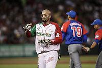 Chris Roberson es puesto  out en un tira tira entre segunda y primera base, durante el segundo partido semifinal de la Serie del Caribe en el nuevo Estadio de  los Tomateros en Culiacan, Mexico, Lunes 6 Feb 2017. Foto: AP/Luis Gutierrez