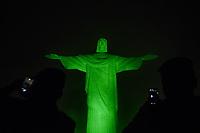 Rio de Janeiro (RJ), 15/04/2020 - Rio de Janeiro - O monumento ao Cristo Redentor e visto com iluminacao especial na cor verde-oliva, nesta quarta feira (15), em homenagem ao Dia do Exercito e aos militares que estao atuando no combate ao COVID-19 (Coronavirus). O Brasil declarou estado de calamidade publica, dados mais recentes registram mais de 1,5 mil mortes e mais de 25 mil casos confirmados da doenca causada pelo COVID-19 (Coronavirus) em todas as regioes do pais.  (Foto: Andre Fabiano/Codigo 19/Codigo 19)