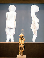 Frauenstatuettte aus Kostenki 25.000 Jahre alt, Elfenbein, Leihgabe Kunstkammer St. Petersburg im Helms-Museum = Archäologisches Museum Hamburg, Deutschland, Europa<br /> Female figurine from Kostenki, 25.000 b.C, ivory, loan of St. Petersburg, Helms-Museum = Archaeological  Museum Hamburg, Germany Europe