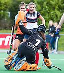 HUIZEN  -  Amber Folmer (HUI) met Jantien Gunter (Gro)   , hoofdklasse competitiewedstrijd hockey dames, Huizen-Groningen (1-1)   COPYRIGHT  KOEN SUYK