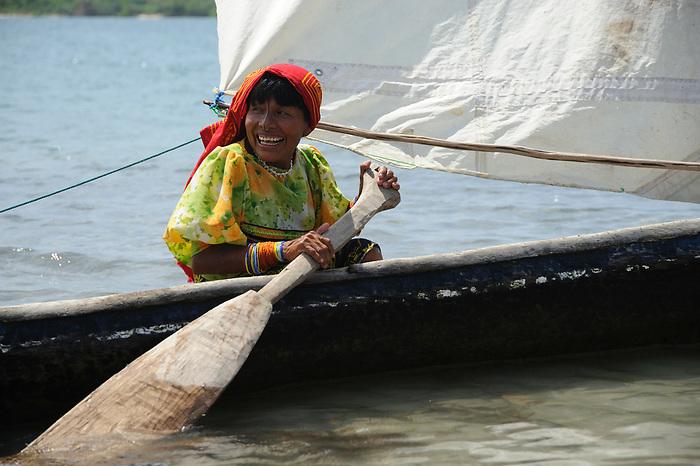 Indígenas de Panamá / mujer guna remando en cayuco / Guna Yala / Panamá.