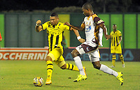 BARRANCABERMEJA -COLOMBIA, 07-11-2015:  Omar Manjarres (Der) jugador de Alianza Petrolera disputa el balón con el  Deportes Tolima durante encuentro  por la fecha 19 de la Liga Aguila II 2015 disputado en el estadio Daniel Villa Zapata de la ciudad de Barrancabermeja./ Omar Manjarres (R) player of Alianza Petrolera fights for the ball against  of Deportes Tolima during match for the date 19 of the Aguila League II 2015 played at Daniel Villa Zapata stadium in Barrancabermeja city. Photo:VizzorImage / Jose David Martinez / Cont
