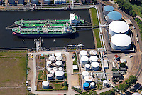 4415/Petroleumhafen:EUROPA, DEUTSCHLAND, HAMBURG 19.06.2005: Hafenerweiterung des Eurogate bis in den Petroleum Hafen. Bis 2010 sollen zwei weitere Liegeplaetze für Containerschiffe nach teilweiser Zuschuettung des Petroleum Hafen entstehen (Bildmitte). Dabei sollen zusätzlich 350000 Quadratmeter Stellfaeche entstehen. Die  Verlagerung oder Entschaedigung des jetzigen Betreibers der  Firma Bominflot Tanklager GmbH ist noch nicht gekl.aert. ..Elbe, Hamburger Hafen, Erweiterung, Waltershof, Schiff, Tankschiff, Tanker, Transport, Lagerung.Luftaufnahme, Luftbild,  Luftansicht