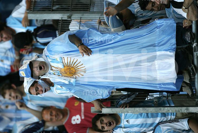 Fussball WM 2006  Gruppenspiel  Vorrunde  Gruppe C Spiel 5 Argentinien - Elfenbeinkueste Argentina - Ivory Coast  Ein argentinischer Fan in Nationalflagge gekleidet.