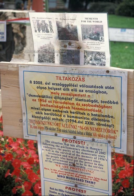 Ungheria, Budapest, protesta sul luogo dove il  25 ottobre  1956 furono uccise centinaia di persone durante l'insurrezione antisovietica.<br /> Hungary, Budapest,  protest on the site where, on 25 October 1956,  hundreds of people were killed during the anti-Soviet uprising.