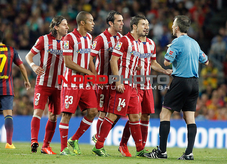 Atletico de Madrid's Filipe Luis, Joao Miranda, Diego Godin, Gabi Fernandez and Juanfran Torres have words with the referee David Fernandez Borbalan during Supercup of Spain 2nd match.August 28,2013. Foto © nph / Acero)