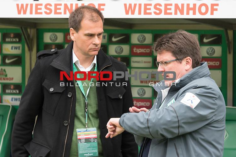 16.05.2015, Weser Stadion, Bremen, GER, 1.FBL. Werder Bremen vs Borussia Moenchengladbach, im Bild<br /> <br /> Klaus Filbry (Gesch&auml;ftsf&uuml;hrer Werder Bremen) und Dr. Hubertus Hess-Grunewald (Gesch&auml;ftsf&uuml;hrer und Pr&auml;sident) schaut auf die Uhr<br /> <br /> Foto &copy; nordphoto / Kokenge