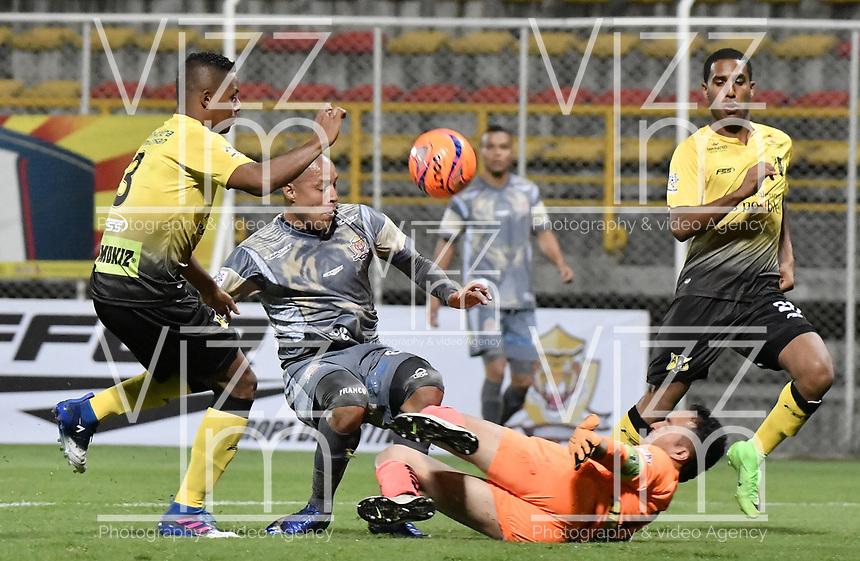 BOGOTÁ -COLOMBIA, 07-05-2017: Yuberney Franco (C) de Tigres FC disputa el balón con Padro Tavima (Izq) y Ricardo Jerez (Der) arquero de Alianza Petrolera durante partido por la fecha 16 de la Liga Águila I 2017 jugado en el estadio Metropolitano de Techo de la ciudad de Bogotá. / Yuberney Franco (C) player of Tigres FC fights for the ball with Padro Tavima (L) and Ricardo Jerez (R) goalkeeper of Alianza Petrolera during the match for the date 16 of the Aguila League I 2017 played at Metropolitano de Techo stadium in Bogotá city. Photo: VizzorImage/ Gabriel Aponte / Staff