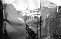 11.2003 Bhubaneswar (Orissa)<br /> <br /> Man guarding an entry.<br /> <br /> Homme gardant une entrée.