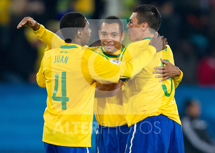 28.06.2010, Ellis Park Stadium, Johannesburg, RSA, FIFA WM 2010, Brazil (BRA) vs Chile. (CHI), im Bild Juan, Gilberto Silva and Lucio of Brazil celebrate after third goal during the 2010 FIFA World Cup South Africa. EXPA Pictures © 2010, PhotoCredit: EXPA/ Sportida/ Vid Ponikvar +++ Slovenia OUT +++