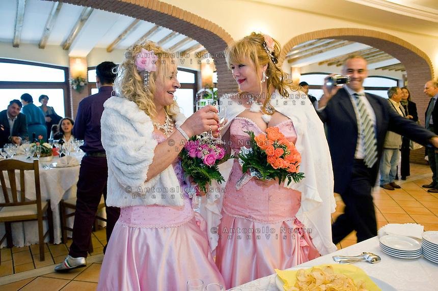 Giuseppe (Bea) della Pelle e Marioara Dadiloveanu brindano al loro arrivo al ristorante subito dopo essersi sposati nel comune di Nemi.