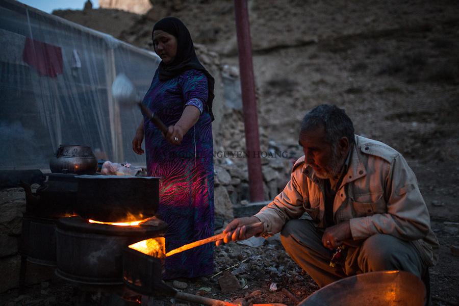 Hamina and Mohammed prepare the diner outside of their isolated house, Yekalong, Afghanistan,9th November 2017.<br /> <br /> Hamina et Mohammed pr&eacute;parent le diner devant leur maison isol&eacute;e, Yekalong, Afghanistan, 9 novembre 2017.