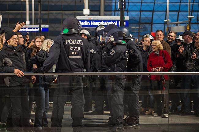 Bis zu 2500 Anhaenger der Rechtspartei &quot;Alternative fuer Deutschland&quot; (AfD) versammelten sich am Samstag den 7. November 2015 in Berlin zu einer Demonstration. Sie protestierten gegen die Fluechtlingspolitik der Bundesregierung und forderten &quot;Merkel muss weg&quot;. Die Demonstration sollte der Abschluss einer sog. &quot;Herbstoffensive&quot; sein, zu der urspruenglich 10.000 Teilnehmer angekuendigt waren.<br /> Mehrere tausend Menschen protestierten gegen den Aufmarsch der Rechten und versuchten an verschiedenen Stellen die Route zu blockieren. Gruppen von AfD-Anhaengern wurden von der Polizei durch Einsatz von Pfefferspray, Schlaege und Tritte durch Gegendemonstranten, die sich an zugewiesenen Plaetzen aufhielten, zur rechten Demonstration gebracht. Zum Teil wurden sie von Neonazis-Hooligans dabei angefeuert. Dabei kam es zu Verletzten, mehrere Gegendemonstranten wurden festgenommen.<br /> Im Bild: AfD-Anhaenger werden nach ihrem Aufmarsch von der Polizei zur S-Bahn gebracht.<br /> 7.11.2015, Berlin<br /> Copyright: Christian-Ditsch.de<br /> [Inhaltsveraendernde Manipulation des Fotos nur nach ausdruecklicher Genehmigung des Fotografen. Vereinbarungen ueber Abtretung von Persoenlichkeitsrechten/Model Release der abgebildeten Person/Personen liegen nicht vor. NO MODEL RELEASE! Nur fuer Redaktionelle Zwecke. Don't publish without copyright Christian-Ditsch.de, Veroeffentlichung nur mit Fotografennennung, sowie gegen Honorar, MwSt. und Beleg. Konto: I N G - D i B a, IBAN DE58500105175400192269, BIC INGDDEFFXXX, Kontakt: post@christian-ditsch.de<br /> Bei der Bearbeitung der Dateiinformationen darf die Urheberkennzeichnung in den EXIF- und  IPTC-Daten nicht entfernt werden, diese sind in digitalen Medien nach &sect;95c UrhG rechtlich geschuetzt. Der Urhebervermerk wird gemaess &sect;13 UrhG verlangt.]