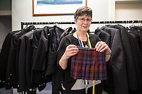 Una sarta mostra un kilt per neonati