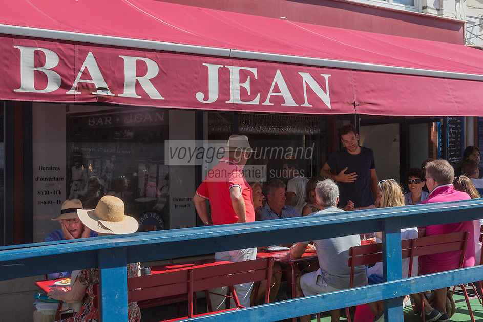 France, Aquitaine, Pyrénées-Atlantiques, Pays Basque, Biarritz : Lieu incontournable pour un Apéro Tapas, le Bar  Jean//  France, Pyrenees Atlantiques, Basque Country, Biarritz:   Bar Jean terrace
