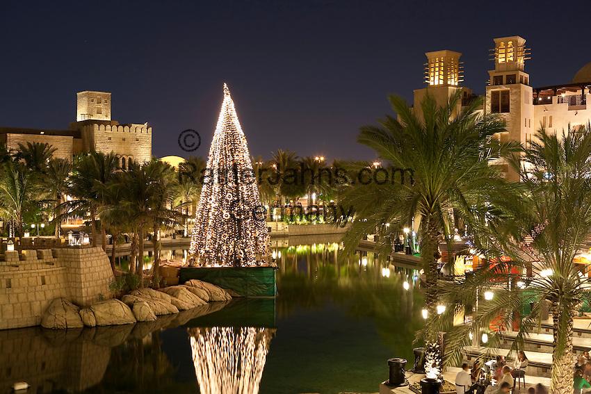 United Arab Emirates, Dubai: Restaurants in Madinat Jumeirah with Christmas tree