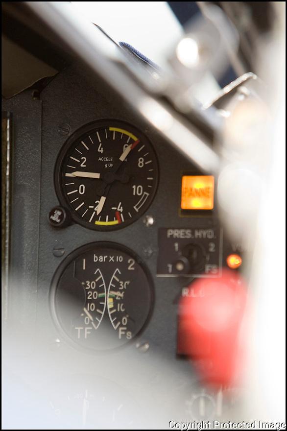 -2008- Salon de Provence- Patrouille de France, cockpit de l'alphajet, indicateur du nombre de « g » positif et négatif. L'amplitude du facteur de charge d'un vol est de -2 à +7 « g ».
