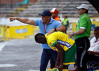 NEIVA - COLOMBIA -06 -02-2016: Fernando Santa, técnico de Atletico Huila, durante partido entre Atletico Huila y Deportivo Pasto, por la fecha 9 de la Liga Aguila, I 2016 en el estadio Guillermo Plazas Alcid de Neiva. / Fernando Santa, coach of Atletico Huila, during match between Atletico Huila and Deportivo Pasto, for the date 9 of the Liga Aguila I 2016 at the Guillermo Plazas Alcid Stadium in Neiva city. Photo: VizzorImage  / Sergio Reyes / Cont.