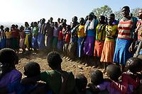 ETHIOPIA Province Benishangul-Gumuz, town Debate, Gumuz village Banush, Gumuz women perform traditional dance / AETHIOPIEN, Provinz Benishangul-Gumuz, Stadt Debate, Gumuz Dorf Banush, Gumuz Frauen tanzen