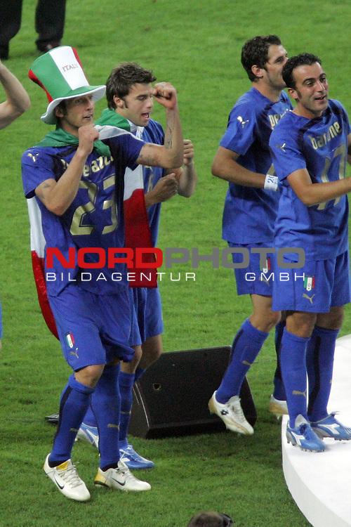 FIFA WM 2006 -  Final - Finale<br /> Play    #64  (09. Juli ) Italien - Frankreich<br /> <br /> Marco Materazzi (links) von Italien geht im Fan Outfit zur Siegerehrung.<br /> <br /> Foto &copy; nordphoto