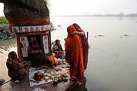 INDIA Westbengal, Kolkata, Hindu prayer at Babu ghat at river Hooghli a branch of holy Ganga River / INDIEN, Westbengalen, Kolkata, Hindus beim Gebet am Fluss Hugli am Babu Ghat