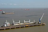 Navios aguardam embarque, embarcam alumina e descarregam bauxita no porto de Vila do Conde no rio Pará. <br /> Companhia Docas do Pará.<br /> Barcarena, Pará, Brasil<br /> Foto Paulo Santos<br /> 2008