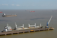 Navios aguardam embarque, embarcam alumina e descarregam bauxita no porto de Vila do Conde no rio Par&aacute;. <br /> Companhia Docas do Par&aacute;.<br /> Barcarena, Par&aacute;, Brasil<br /> Foto Paulo Santos<br /> 2008