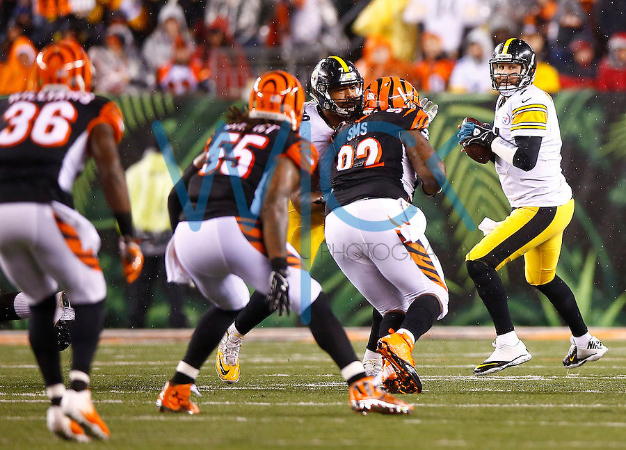 Ben Roethlisberger #7 of the Pittsburgh Steelers in action against the Cincinnati Bengals during the Wild Card playoff game at Paul Brown Stadium on January 9, 2016 in Cincinnati, Ohio. (Photo by Jared Wickerham/DKPittsburghSports)