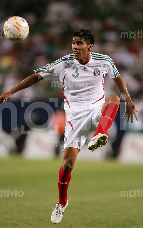 Fussball International Gold Cup Halbfinale  Guadeloupe 0-1 Mexico Carlos SALCIDO (MEX), Einzelaktion am Ball.
