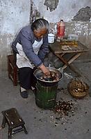 Asie/Chine/Jiangsu/Nankin/Quartier du temple de Confucius: Marchande d'oeufs de 1000 ans faisant cuire ces oeufs de cane<br /> PHOTO D'ARCHIVES // ARCHIVAL IMAGES<br /> CHINE 1990
