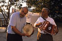 Europe/Italie/Calabre/Bova : Hommes du village jouant de l'accordéon