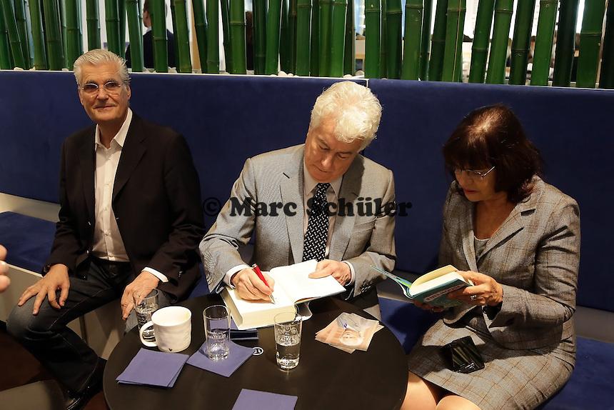 Autor Ken Follett signiert sein Buch, Sky du Mont guckt zu