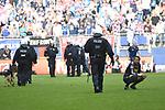 12.05.2018,  GER; 1.FBL Hamburger SV vs Borussia Moenchengladbach, im Bild Torhuter Yann Sommer (Gladbach #01) schaut den abziehenden Polizisten nach und wartet auf den Abpfiff des Spiels Foto © nordphoto / Witke *** Local Caption ***