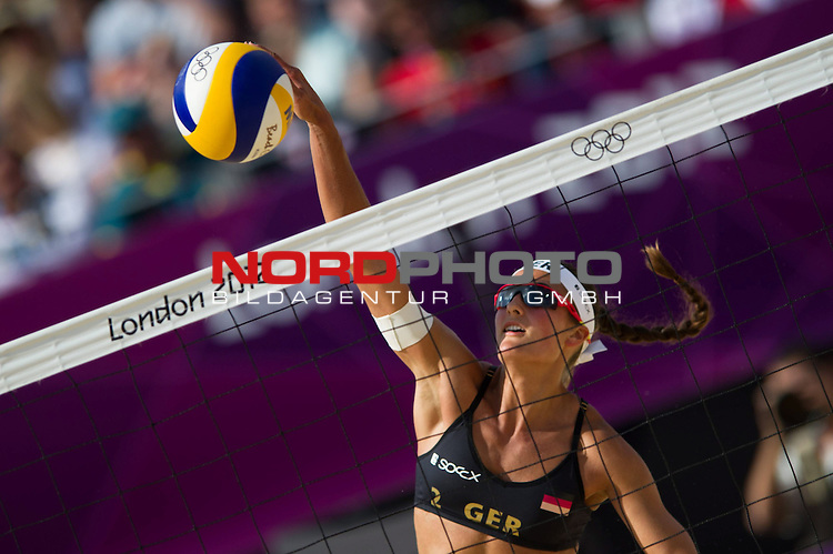 30.07.2012, Horse Guards Parade, London, Great Britain, Olympische Sommerspiele 2012, Beachvolleyball, Vorrunde / Pool A, Katrin Holtwick / Ilka Semmler (GER) vs. Juliana Silva / Larissa Franca (BRA), im Bild Angriff Ilka Semmler (GER)<br />