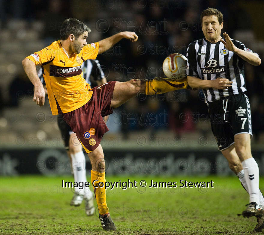 :: MOTHERWELL'S KEITH LASLEY  GOES IN HIGH ON ST MIRREN'S HUGH MURRAY ::