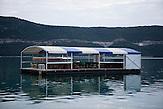 Eine verlassene Meerterasse in Neum Nur im Sommer kommen 10.000 Touristen pro Tag. Der kleine Ort Neum liegt in Bosnien-Herzegovina und bildet den einzigen Zugang zum Meer des Balkanlandes. Auf einer Länge von 9 km durchschneidet der Ort das kroatische Staatsgebiet (Neum-Korridor) Seit dem EU-Beitritt Kroatiens ist Neum auf beiden Seiten von EU-Außengrenzen eingeschlossen. / The small city of Neum in Bosnia and Herzegovina is the only place in Bosnia, where the country has access to the adriatic sea. Over a length of 9 kilometers the area cuts Croatian territory in two pieces. Since Croatia became part of the European Union, the city of Neum is enclosed between two EU-boarders.