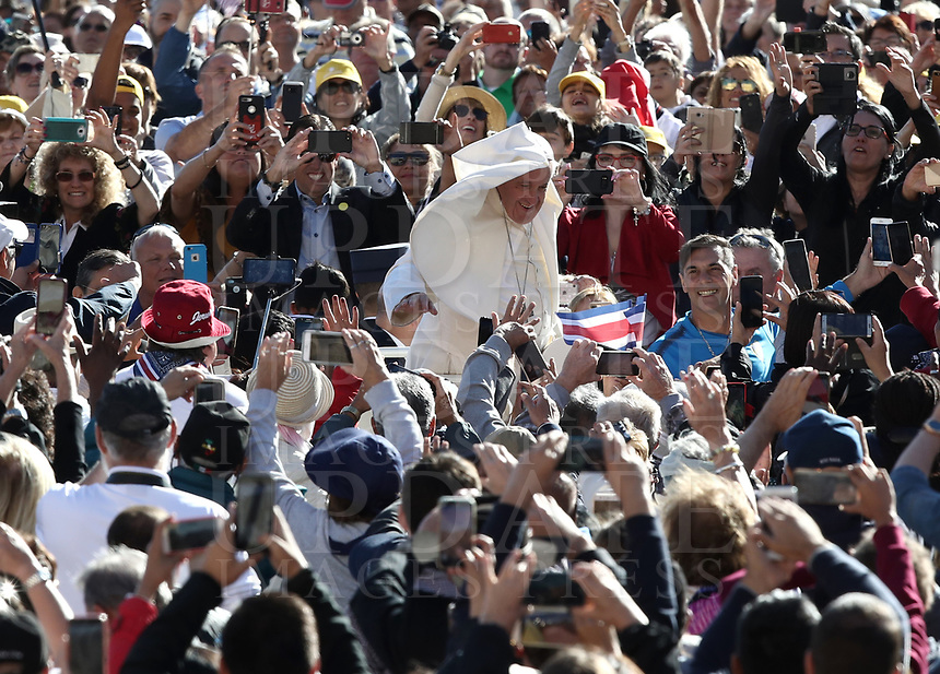 Il vento muove la pellegrina di Papa Francesco mentre arriva all'udienza generale del mercoledi' in Piazza San Pietro, Citta' del Vaticano, 26 settembre, 2018.<br /> The wind catches Pope Francis' pellegrina as he arrives to lead his weekly general audience in St. Peter's Square at the Vatican, on September 26, 2018. <br /> UPDATE IMAGES PRESS/Isabella Bonotto<br /> <br /> STRICTLY ONLY FOR EDITORIAL USE