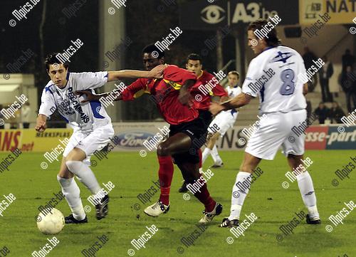 2007-10-27 / Voetbal / KV-Turnhout - R Cappellen FC / Steven Vandenbergh (links Turnhout) in duel met Cappellen speler Sampil Sekou. Sven Van Vlasselaer (rechts nr8 kijkt toe)