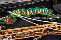 Nederland Amsterdam - juni 2018. In een klein fabriekje in Amsterdam-Noord maken de Chocolatemakers zo eerlijk en duurzaam mogelijke chocoladerepen. De ondernemers regelen zelf de inkoop en laten een zeilschip een flink deel van de cacao vervoeren, want dat is duurzamer dan een vrachtschip. Het schip de Tres Hombres wordt gelost met behulp van vrijwilligers. Foto Berlinda van Dam / Hollandse Hoogte.