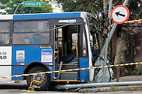 SÃO PAULO,SP, 05.10.2015 - ACIDENTE-SP - Ônibus perde o controle e atinge casa na Avenida Paulo de Faria no bairro do Tucuruvi região norte da cidade na madrugada desta segunda-feira (05). ( Foto : Marcio Ribeiro / Brazil Photo Press)