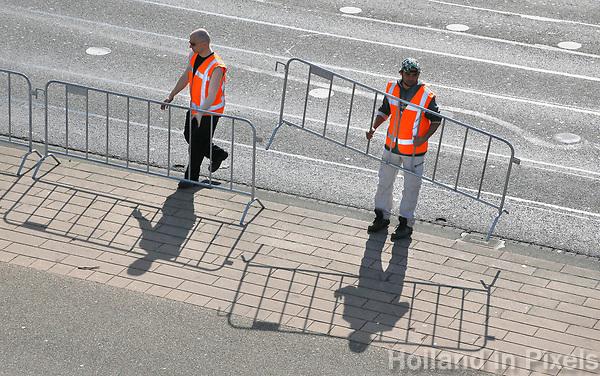 Nederland  Rotterdam  2017 04 09.  De Marathon van Rotterdam. Straten worden afgesloten. Hekken worden verplaatst.  Berlinda van Dam / Hollandse Hoogte