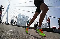 Nederland  Rotterdam  2017 04 09.  De Marathon van Rotterdam. Deelnemers rennen over de Erasmusbrug. ( rechtsboven een hand weggehaald mbv Photoshop. )    Berlinda van Dam / Hollandse Hoogte