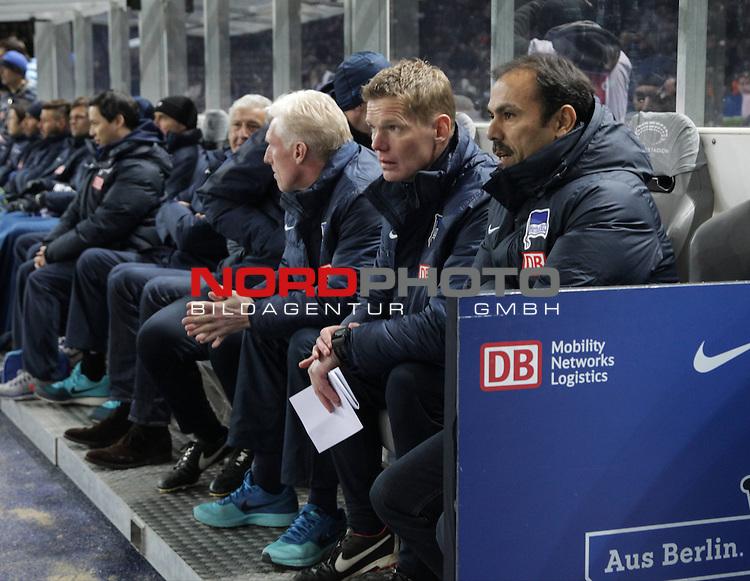 04.02.2015, OLympiastadion, Berlin, GER, 1.FBL, Hertha BSC vs. Bayer Leverkusen 04 , im Bild Cheftrainer (Head Coach) Jos Luhukay (Hertha BSC Berlin), Co-Trainer Markus Gellhaus (Hertha BSC Berlin), Cotrainer Rob Reekers (Hertha BSC Berlin)<br /> <br />               <br /> Foto &copy; nordphoto /  Engler