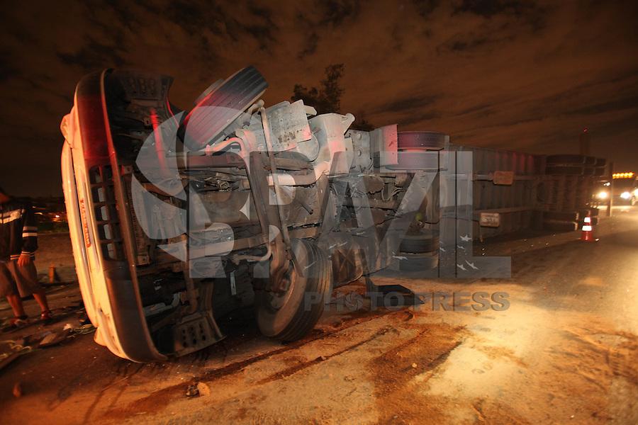 FOTO EMBARGADA PARA VEICULOS INTERNACIONAIS. SAO PAULO, SP, 20/10/2012, ACIDENTE ALÇA FERNAO DIAS. UMa carreta que transportava peças de motocicleta tombou no viaduto de acesso a Rodovia Fernao Dias deixando uma pessoa ferida. O acidente aconteceu na noite de ontem (20) e deixou o transito complicado na região, incluindo para da Rodovia Dutra. Luiz Guarnieri/ Brazil Photo Press