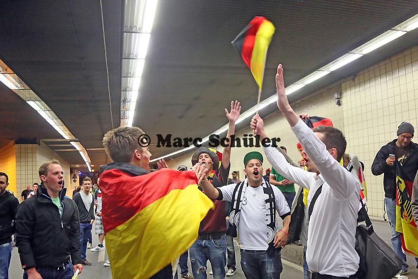 Public Viewing auf dem Marktplatz am Ratskeller, Fans feiern nach dem 2:1 Sieg und dem Einzug ins Viertelfinale im City-Tunnel, Humba wird angestimmt