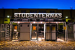 Uppsala 2015-10-23 Bandy Elitserien IK Sirius - Villa Lidk&ouml;ping BK :  <br /> Entr&eacute;n till Studenternas IP inf&ouml;r matchen mellan IK Sirius och Villa Lidk&ouml;ping BK <br /> (Foto: Kenta J&ouml;nsson) Nyckelord:  Bandy Elitserien Uppsala Studenternas IP IK Sirius IKS Villa Lidk&ouml;ping utomhus exteri&ouml;r exterior fasad entr&eacute; skylt