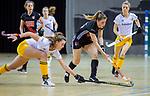 Almere - Zaalhockey Amsterdam-Den Bosch (v)  .  Elsemiek Groen met Rosa Fernig (DBO) . TopsportCentrum Almere.    COPYRIGHT KOEN SUYK