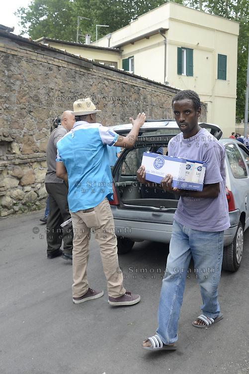 Roma, 12 Giugno 2015<br /> Vi Tiburtina.<br /> Cittadini portano aiuti<br /> Centinaia di migranti hanno trovato rifugio nel centro di accoglienza Baobab di Via Cupa e nelle vie limitrofe.