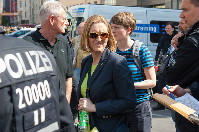 Am Samstag den 26. April 2014 versuchte die Neonazipartei NPD in Berlin erneut einen Aufmarsch durch den Stadtteil Kreuzberg. 6.000 Menschen protestierten mit diversen Blokade dagegen und verhinderten, dass die ca 70 Neonazis weiter als 150m laufen konnten.<br /> So war nach 3 Minuten Marsch f&uuml;r die NPD Schluss und die Neonazis mussten zum Startpunkt am S-Bahnhof Jannowitzbruecke umdrehen. Auch wenn ueber den NPD-Lautsprecherwagen mehrfach behauptet wurde, die Demonstration sei in Kreuzberg, ist doch richtig, dass die Neonazis sich nur in Berlin-Mitte befanden.<br /> Im Bild: Die stellv. Polzeipraesidentin Margarete Koppers macht sich vor Ort ein Bild von dem Einsatz. <br /> 26.4.2014, Berlin<br /> Copyright: Christian-Ditsch.de