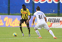 BERNA - COLOMBIA -02-023-2014: Wilson Mena (Izq.) jugador de Alianza Petrolera disputa el balón con Carlos Giraldo (Der.) jugador del Once Caldas durante partido de la novena fecha de la Liga Postobon I 2014, jugado en el estadio Stade de Suisse Wankdorf de la ciudad de Berna. / Wilson Mena (L)  player of Alianza Petrolera vies for the ball with Carlos Giraldo (R) player of Once Caldas during a match for 9th date of the Liga Postobon I 2014 at the Stade de Suisse Wankdorf stadium in Berna city. Photo:VizzorImage / Jaime Moreno / STR